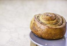Frischer Backenkuchen mit Stau Stockfoto
