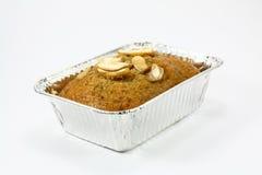 Frischer Bananenkuchen über Weiß Stockfoto