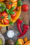 Frischer Basilikum und Tomaten stockfotos