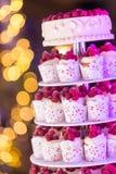 Frischer Beerenkleiner kuchen Stockbild