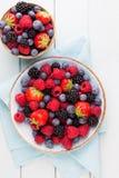 Frischer Beerensalat auf blauen Tellern Hölzerner Hintergrund der Weinlese Stockfotografie