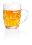 Frischer Bier Becher mit dem Schaumgummi getrennt auf Weiß lizenzfreie stockfotos