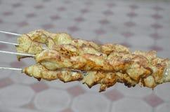 Frischer Brathähnchenkebab auf Aufsteckspindeln Stockbilder