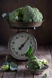 Frischer Brokkoli auf alten Küchenskalen Lizenzfreie Stockbilder