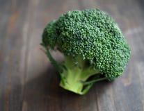 Frischer Brokkoli auf dem Holztisch stockbild