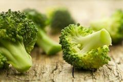 Frischer Brokkoli auf hölzernem Hintergrund gesundes Lebensmittel, Vegetarier, nehmend ab Stockfoto
