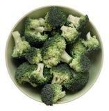 Frischer Brokkoli in der Schüssel getrennt auf Weiß Stockfotos