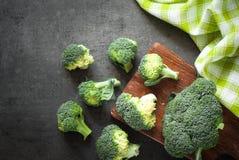 Frischer Brokkoli am dunklen Tisch lizenzfreies stockfoto