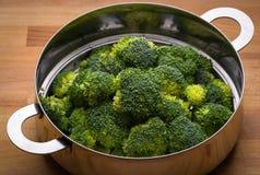 Frischer Brokkoli im Edelstahlsieb lizenzfreies stockfoto
