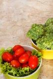 Frischer Brokkoli, Kirschtomaten in den Schüsseln Lizenzfreies Stockfoto