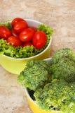 Frischer Brokkoli, Kirschtomaten, Salat in den Schüsseln lizenzfreies stockfoto