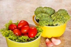Frischer Brokkoli, Tomaten in den Schüsseln lizenzfreie stockfotos