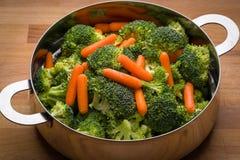 Frischer Brokkoli und Karotten im Edelstahlsieb stockfoto