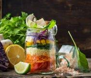 Frischer bunter Salat im Glas Lizenzfreie Stockfotos