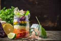Frischer bunter Salat im Glas Stockfoto