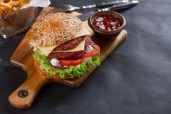 Frischer Burger mit Käse Stockfotografie