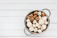Frischer Champignon im rustikalen Sieb auf weißem Holztisch Beschneidungspfad eingeschlossen Lizenzfreies Stockbild
