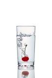 Frischer Cherry With Water Splash lizenzfreie stockfotografie