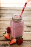 Frischer Erdbeeresmoothie in einem Glas Weißer hölzerner Hintergrund Hea stockfotografie