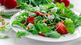 Frischer Erdbeersalat mit Feta, Arugula auf weißer Platte Lizenzfreie Stockfotografie