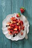 Frischer Erdbeersalat mit roter balsamischer Essigsoßebehandlung stockfotos