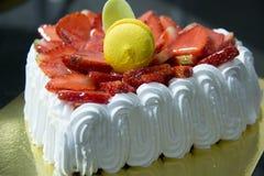 Frischer Erdbeervanille Schicht-Creme Kuchen lizenzfreie stockbilder