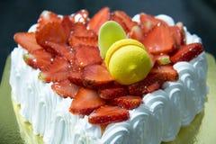 Frischer Erdbeervanille Schicht-Creme Kuchen lizenzfreie stockfotos