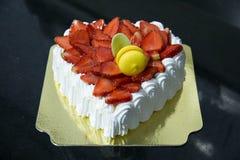 Frischer Erdbeervanille Schicht-Creme Kuchen lizenzfreie stockfotografie