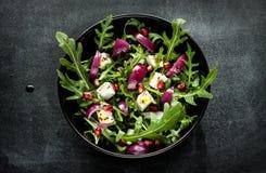 Frischer Frühlingssalat mit rucola, Feta und roter Zwiebel lizenzfreie stockbilder