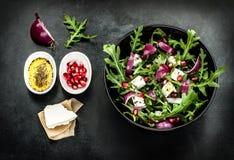Frischer Frühlingssalat mit rucola, Feta und roter Zwiebel stockbild