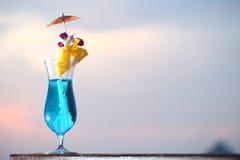 Frischer Fruchtcocktail auf der Küste Stockfotografie