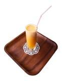Frischer Fruchtsaft auf einem hölzernen Tellersegment Stockbilder