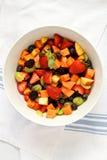 Frischer Fruchtsalat auf Tuch Stockfotografie