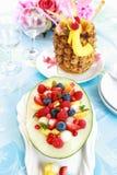 Frischer Fruchtsalat mit Ananasgetränk Stockbilder