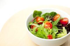 Frischer Garten-Salat auf Tabelle Stockfotos