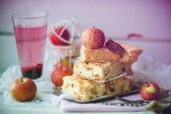 Frischer gebackener köstlicher klassischer amerikanischer Apfelkuchen Draufsicht, rusti stockfotografie