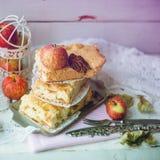 Frischer gebackener köstlicher klassischer amerikanischer Apfelkuchen Draufsicht, rusti lizenzfreie stockfotografie