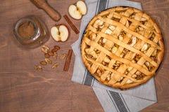 Frischer gebackener klassischer amerikanischer Apfelkuchen mit Nüssen und Zimt auf einem hölzernen Hintergrund Draufsicht, rustik stockfotografie
