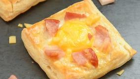 Frischer gebackener Schinkenkäse und Eifrühstücksminitorten stock video