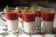 Frischer gebildeter Erdbeerejoghurthauptnachtisch lizenzfreie stockbilder