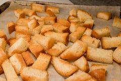 Frischer gebratener gebackener knuspriger knusperiger goldener traditioneller Imbisscracker vom Weißbrot lizenzfreies stockbild