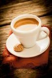 Frischer gebrauter Espressokaffee in einer Landküche Lizenzfreie Stockfotos