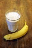 Frischer gemachter Banane Smoothie auf hölzernem Hintergrund Lizenzfreies Stockbild