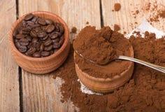 Frischer gemahlener Kaffee Stockfotos