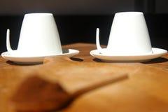 Frischer gemahlener Kaffee mit hölzernem Löffel und zwei weißen Schalen Lizenzfreies Stockbild
