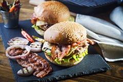 Frischer geschmackvoller Burger Stockfoto