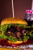 Frischer, geschmackvoller Burger, natürliches traditionelles Lebensmittel Stockfotografie