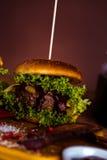Frischer, geschmackvoller Burger, natürliches traditionelles Lebensmittel Lizenzfreie Stockbilder