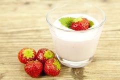 Frischer geschmackvoller Erdbeerjoghurt-Erschütterungsnachtisch auf Tabelle Stockbild