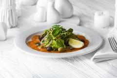 Frischer geschmackvoller Salat gemacht vom organischen Gemüse Zwiebel und Oliven stockfotos
